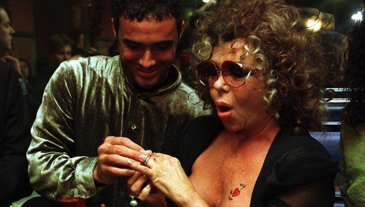 Dinio le pone un anillo a Marujita Díaz