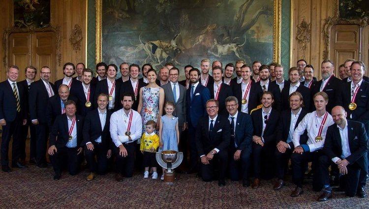 Victoria y Daniel de Suecia con sus hijos, Estela y Oscar, y el Duque de Värmland en la recepción al equipo sueco de hockey sobre hielo
