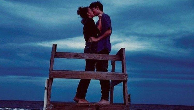 Millie Bobby Brown y Jacob Sartorius besándose en la playa/Foto: Instagram
