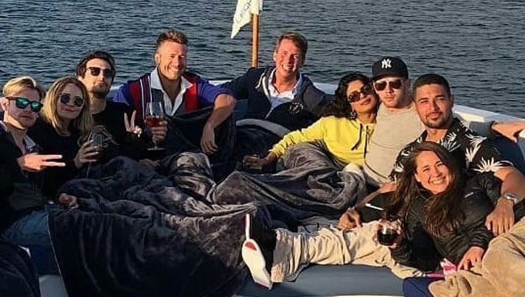 Nick Jonas y Priyanka Chopra con unos amigos en un barco / Instagram