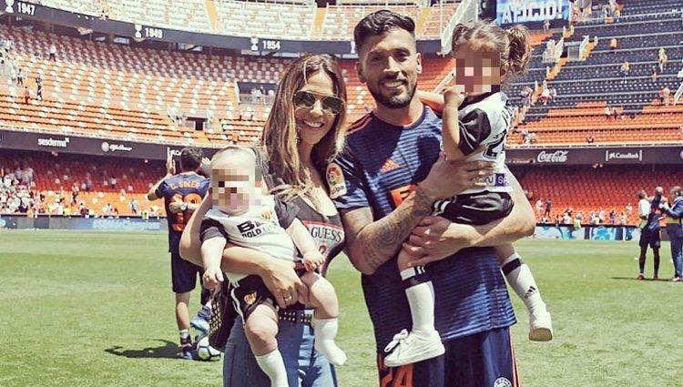 Tamara Gorro y Ezequiel Garay con sus hijos / Instagram