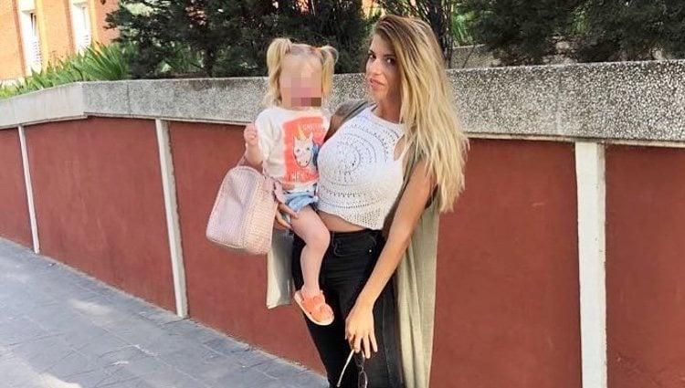 Andrea Ferrari con su pequeña / Instagram