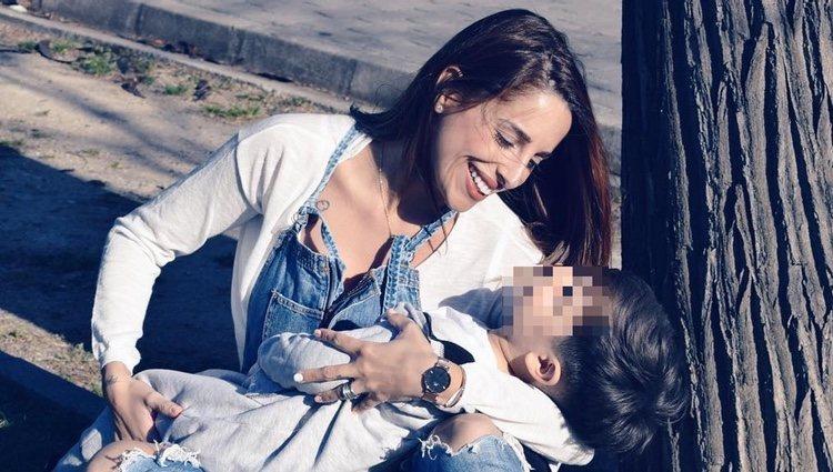 Jennifer Ortiz, divertida con su hijo / Instagram