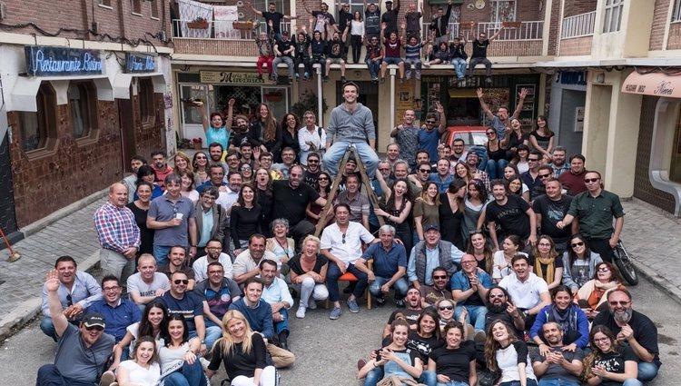Ricardo Gómez junto a todo el equipo de 'Cuéntame' | Instagram: Ricardo Gómez