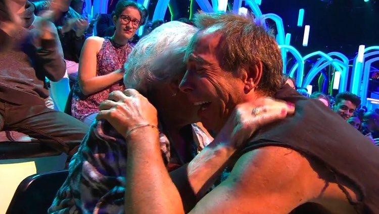 Maestro Joao abraza con cariño a su madre / Foto: telecinco.es