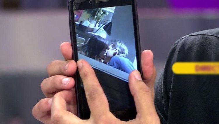 Kiko Hernández mostrando una foto del beso entre Miriam Saavedra y Hugo Castejón / Telecinco.es
