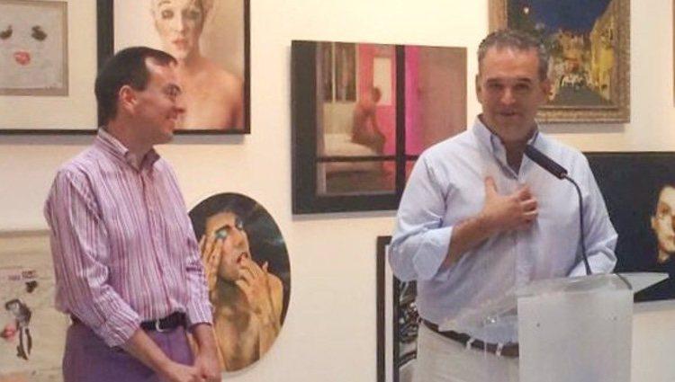 Jesús Encinar (derecha) recogiendo su premio por defender a la comunidad LGBTIQ+ en 2016 / Twitter