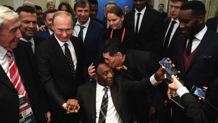 Maradona besa a Pelé junto a Putin en el sorte del Mundial de Rusia 2018