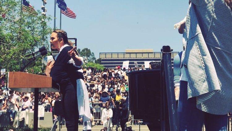 Chrissy Teigen en su discurso con su hijo en brazos / Fuente: Instagram