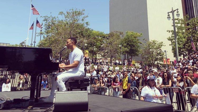 John Legend interpretando su nueva canción en la protesta / Fuente: Instagram