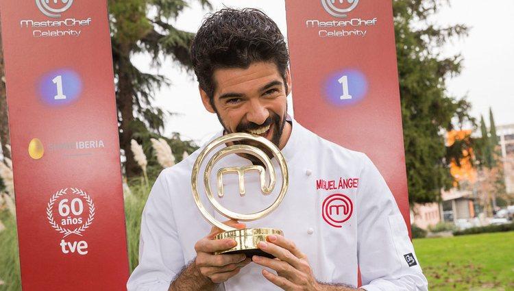 Miguel Ángel Muñoz con el trofeo de 'MasterChef Celebrity 1' / FormulaTV