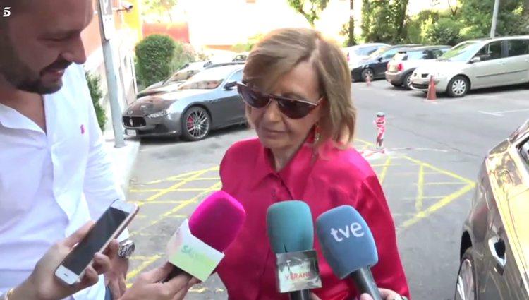 María Teresa Campos atendiendo a los medios a las puertas del hospital / Telecinco.es