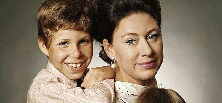 David Armstrong-Jones junto a su madre, la Princesa Margarita de Inglaterra