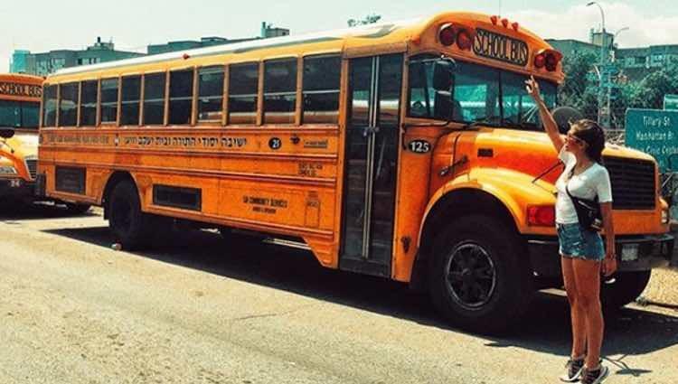 Sara Sálamo posando con un autobús escolar en Brooklyn / Instagram
