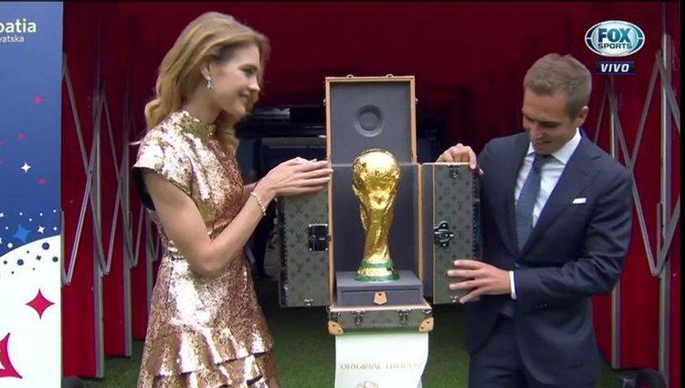 Natalia Vodianova y Philipp Lahm presentado el trofeo final / Twitter