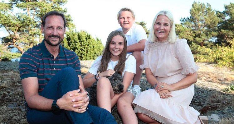Haakon y Mette-Marit de Noruega con sus hijos Ingrid Alexandra y Sverre Magnus