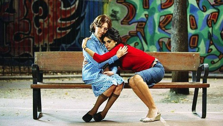 Penéloe Cruz abraza a Carmen Maura en una escena de 'Volver'