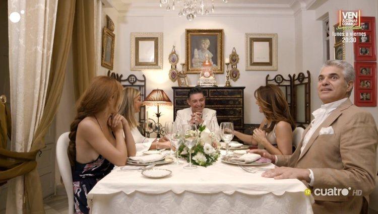 Melody, Raquel Bollo, Olivia Valère y Agustín Bravo cenando en casa de Ángel Garó / Cuatro.com