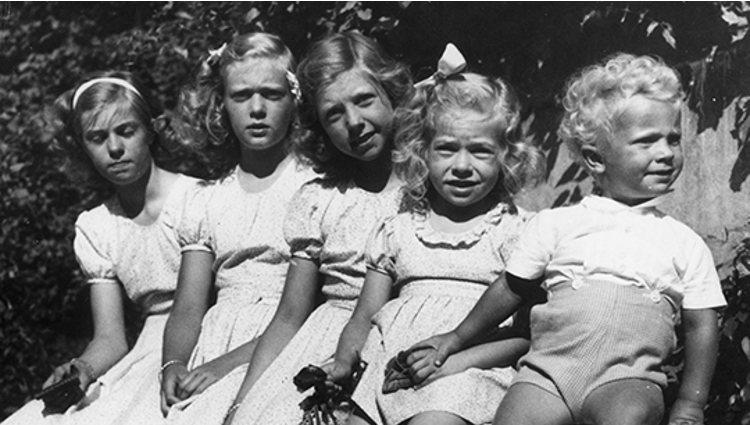 Carlos Gustavo de Suecia cuando era un niño junto a sus hermanas