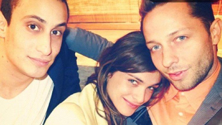 Alex Dellal, a la izquierda, con Elisa Sednaoui y un amigo/Fuente:Instagram