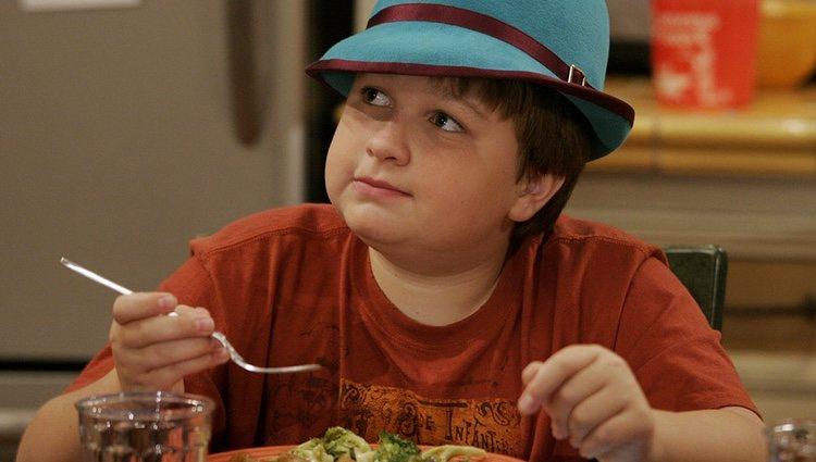 Jake comiendo, como de costumbre, en 'Dos hombres y medio'