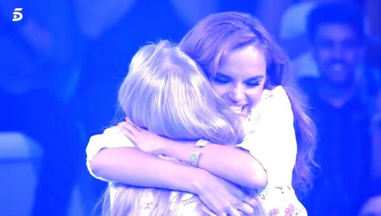 Melody abrazando a su fan en 'Volverte a ver' / Foto: Telecinco.es