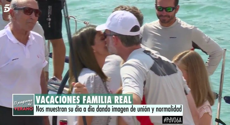 El Rey Felipe besa a la Reina Letizia en el Aifos 500