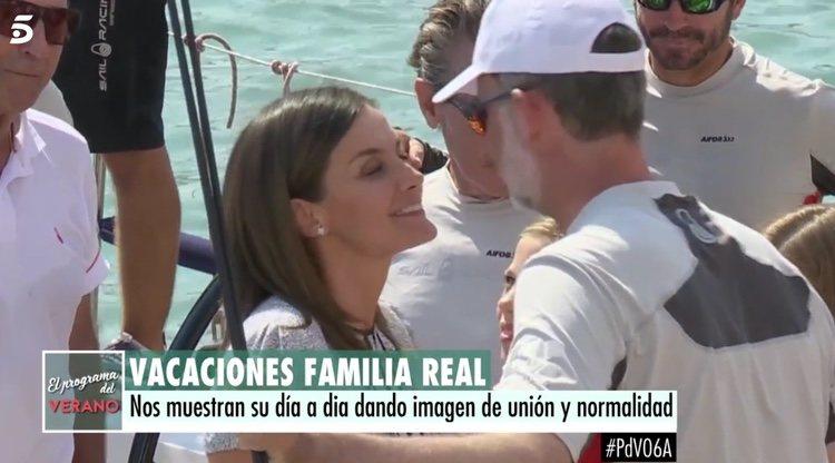 El gesto de la Reina Letizia tras el beso de Felipe VI