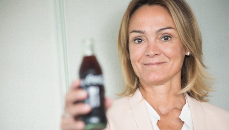 Sol Daurella sosteniendo una Coca-Cola / Foto: Twitter Coca-Cola