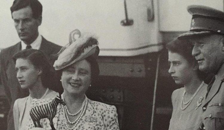 Una de las pocas imágenes en las que Peter Townsend (al fondo) aparece retratado junto a la Princesa Margarita (izquierda)