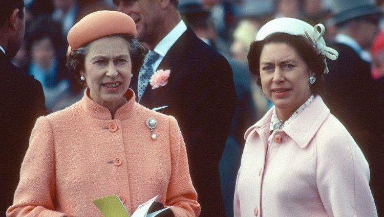 La Reina Isabel II junto a su hermana, la Princesa Margarita