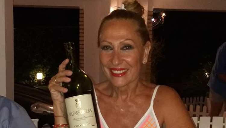 Rosa Benito durante una cena en sus vacaciones de verano / Instagram