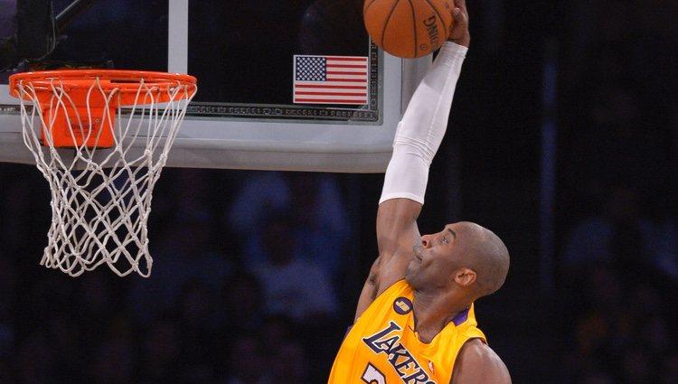 Kobe Bryant haciendo un mate en un partido contra Minnesota Timberwolves