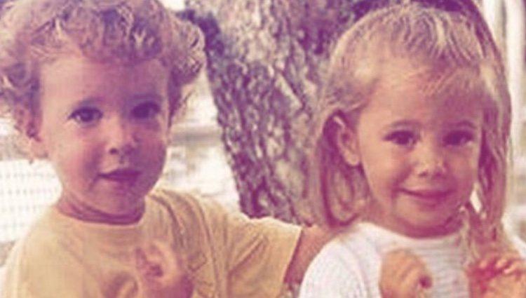Álex Lequio junto a su prima Celia cuando eran unos niños/ Foto: Instagram