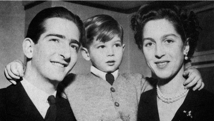 Los Reyes Pedro II y Alejandra de Yugoslavia con su hijo, el Príncipe Alejandro