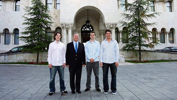 El Príncipe Alejandro de Yugoslavia junto a sus tres hijos frente al Palacio Real de Belgrado