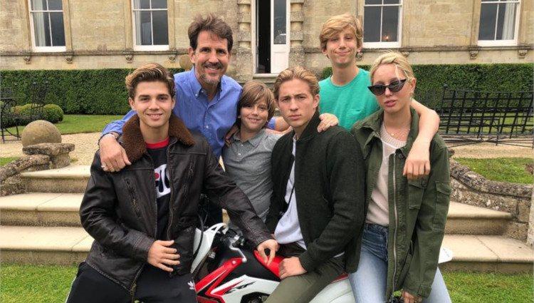 Pablo de Grecia junto a los cinco hijos del matrimonio/Foto: Instagram