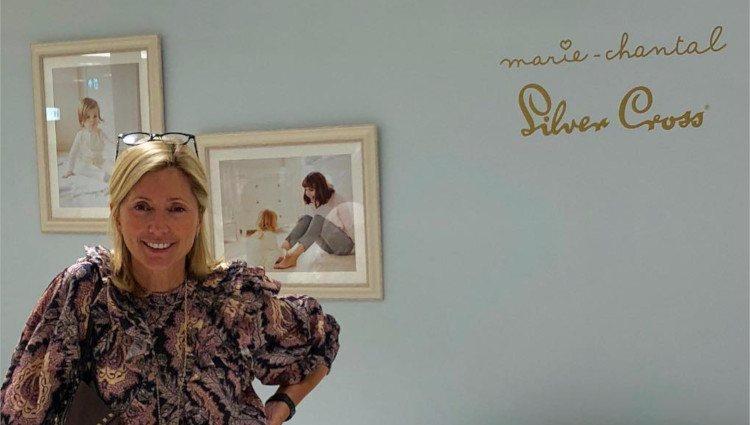 Marie Chantal de Grecia posa orgullosa en una de las tiendas que posee de su marca/Foto:Instagram