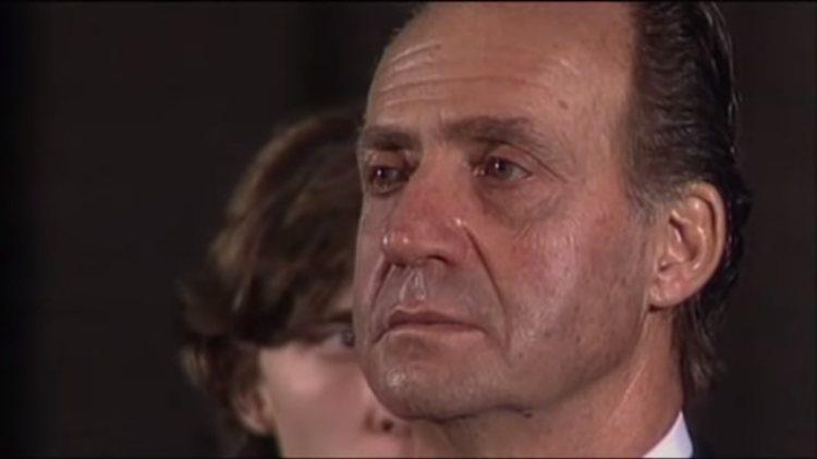 El Rey Juan Carlos muy emocionado durante el funeral de Don Juan de Borbón
