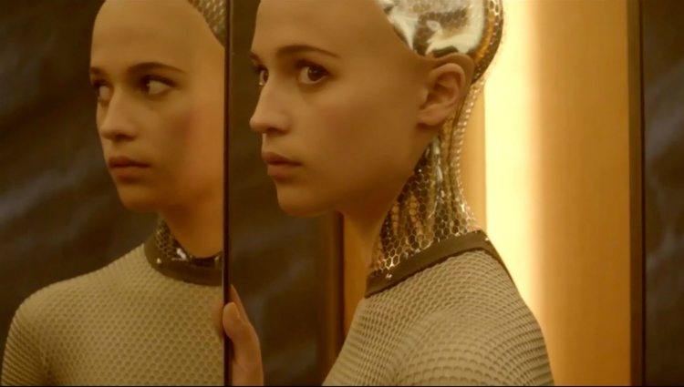 Alicia Vikander caracterizada como Ava en un fotograma de la película 'Ex Machina'
