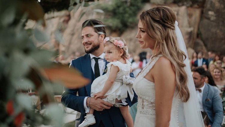 Manuel Carrasco y Almudena Navalón con su hija en su boda / Foto: Instagram
