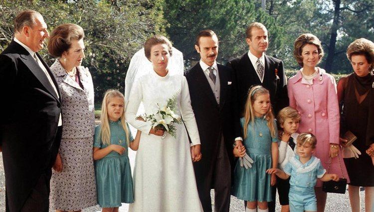 La Infanta Margarita y Carlos Zurita acompañados de su familia el día de su boda