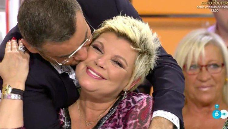 Terelu Campos recibe el cariño de su compañero / Foto: telecinco.es