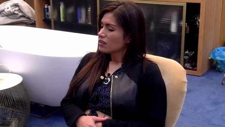 Miriam Saavedra esperando para entrar al baño / Telecinco.es