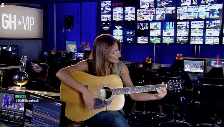 Lara Álvarez se arrancó a cantar junto con el equipo de 'GH VIP 6' / Foto: Telecinco