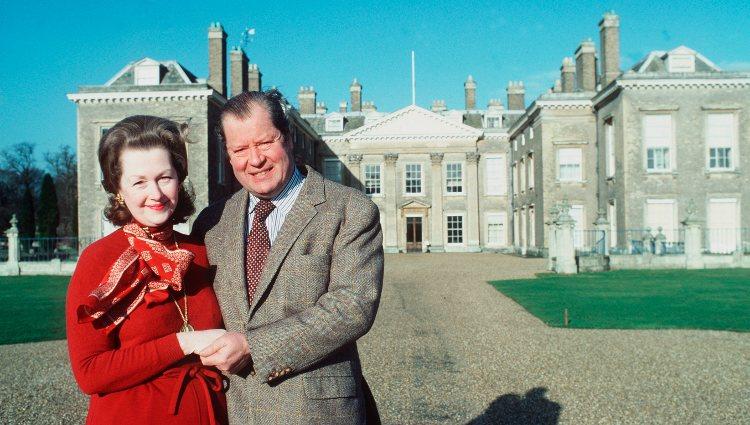 Los Condes Spencer posando en Althorp House