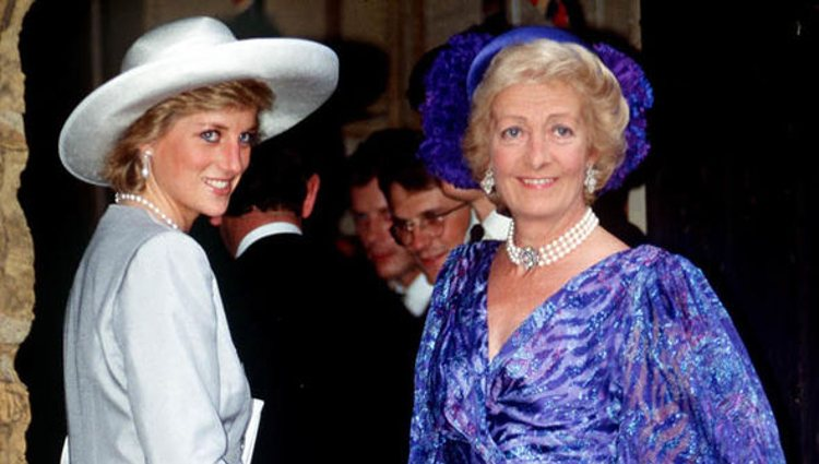 La Princesa Diana de Gales junto a su madre en la boda de Charles Spencer