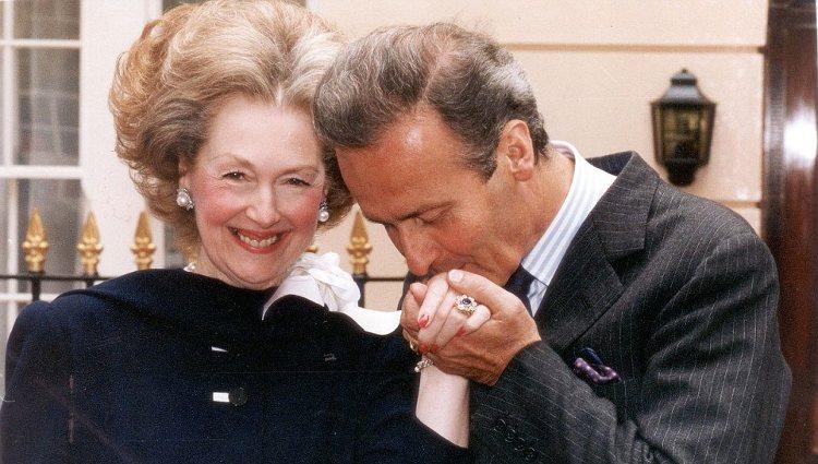 El Conde de Chambrun besando la mano de Raine Spencer