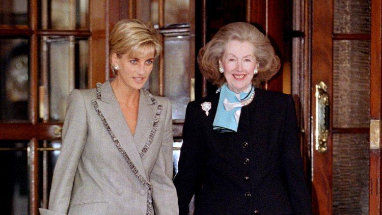 Diana de Gales y Raine Spencer saliendo juntas de un almuerzo en Londres