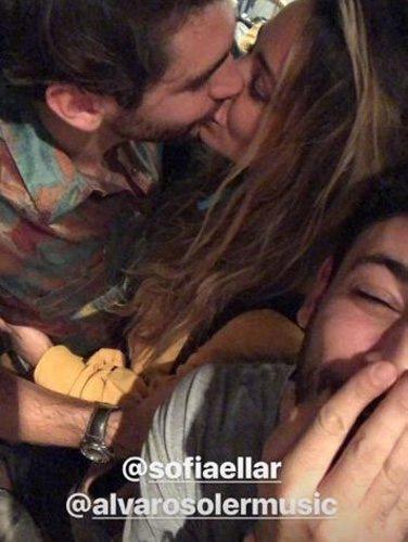 Álvaro Soler y Sofía Ellar besándose en la foto de Cepeda/ Foto: Instagram